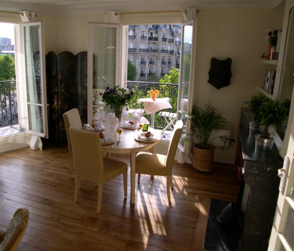 Large_193746254-1262059223-sm%20dining%20area%20with%20view%20Paris_apartment_for_rent%20DSCN0243